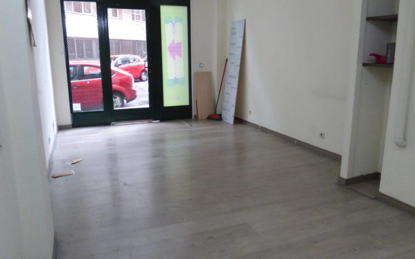 Local con entreplanta para almacen en alquiler, zona Cea Bermúdez. 5604