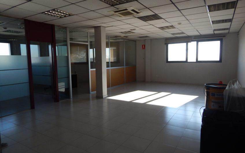 DEAPI ALQUILA OFICINA EN EDIFICIO MUY COMERCIAL Y PERFECTA COMUNICACIÓN.