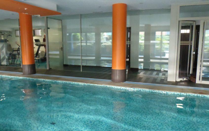 Piso en urbanización de lujo con piscina de invierno y de verano, gimnasio, zona infantil, sala comunitaria. 2 plazas garaje incluidas. – 5462