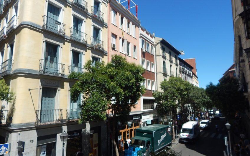 Piso exterior en calle Fuencarral con muchas posibilidades